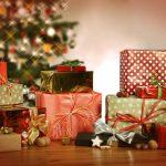 Eligiendo regalos navideños