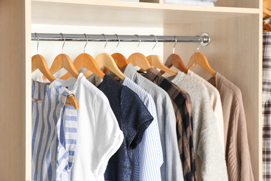 Disponer de un armario que dé cabida a toda tu ropa depende del tamaño de tu vivienda
